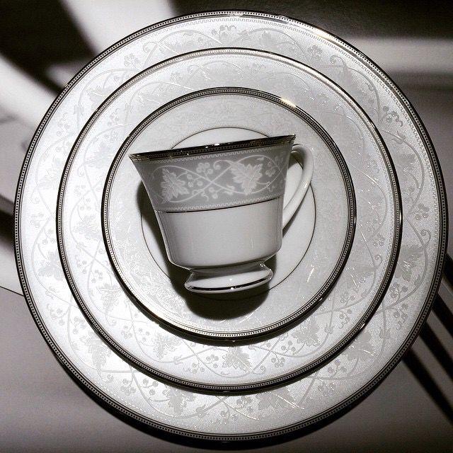 Японский чайно-обеденный сервиз Noritake на 6 персон, 31 предмет.  Комплектация:  1 салатник 6 подстановочных 6 закусочных 6 суповых тарелок 6 чашек 6 блюдец.