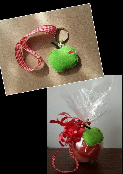 Cadeau voor leerkracht appelsleutelhanger van vilt met polsbandje en ingepakte verse appel.