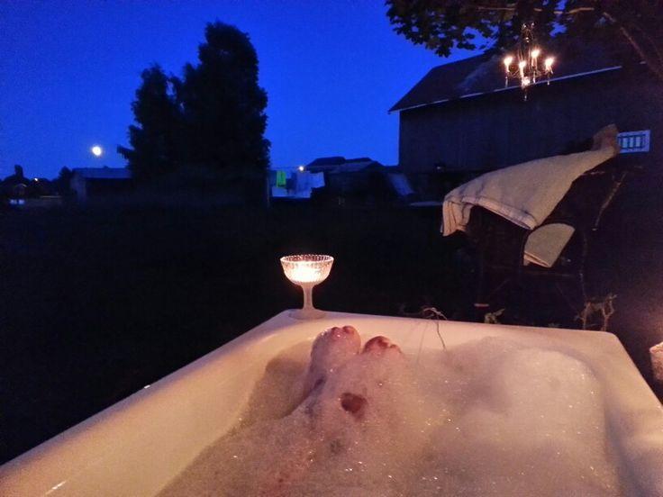 Oj vad jag njöt. Mörkret lade sig, månen kikade upp ovan trätopparna och husen och jag låg nedsänkt i ett underbart varmt bad med massor av skum. Njutning!