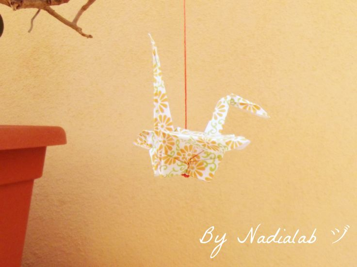 Portafortuna gru origami, simbolo di pace e fedeltà. Read the history origami crane on my blog http://bynadialab.blogspot.it/2015/03/i-mille-significati-della-gru.html #bynadialab #weddingfavors #luckycharm #SadakoSasaki