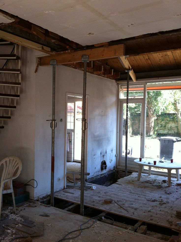 Het verlaagde plafond gaat eruit en we willen de muur naar de keuken doorbreken.