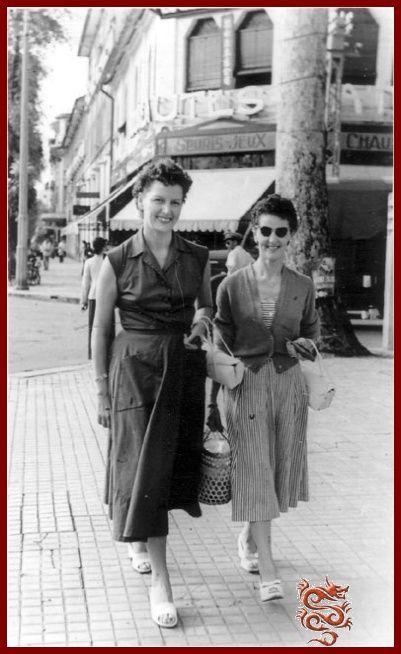 Femmes devant le magasin Nouveautés Catinat Saïgon