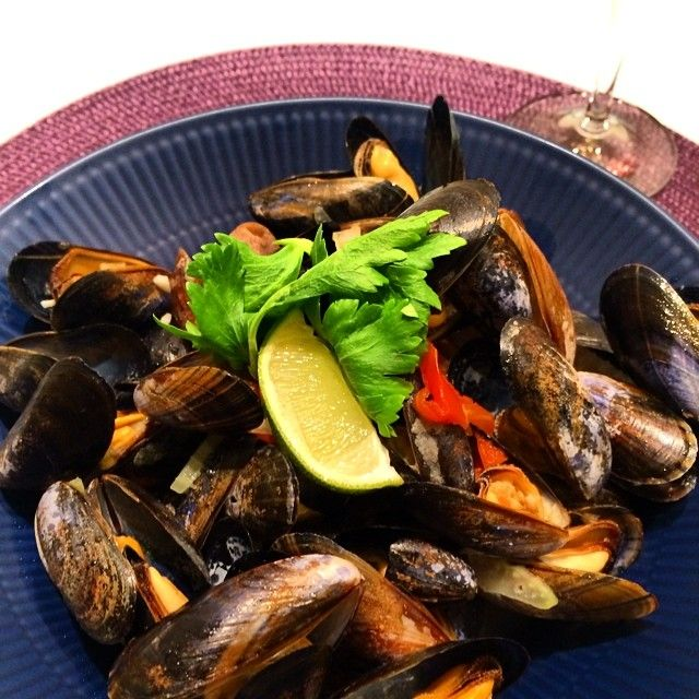 My cooking tonight. Steamed Mussels with white wine. ストラスブールで買ったムール貝でお夕食。