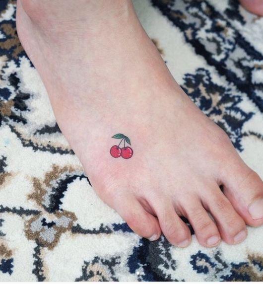 Tatuagem de Cereja – Significados e 42 Ideias Para a Tattoo de Fruta! em 2020 | Tatuagem, Tatuagem no pé delicada, Tatuagens de cereja