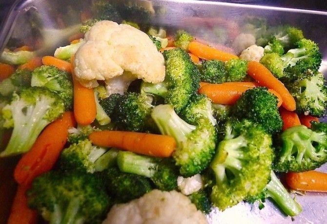 Ropogósra sült fokhagymás fűszeres zöldségköret recept képpel. Hozzávalók és az elkészítés részletes leírása. A ropogósra sült fokhagymás fűszeres zöldségköret elkészítési ideje: 25 perc