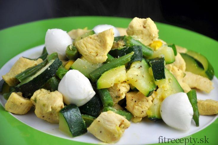 Kuracie prsia s hráškom, cuketou, kukuricou a mozzarellou - FitRecepty