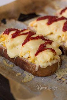 Nedeľné zapekanky chlieb olej olivový vajce maslo šunka syr tvrdý kečup soľ mčk Chlieb nakrájame, pokvapkáme olivovým olejom a dáme zapekať do rúry na 200 stupňov. Zatiaľ na panvici pripravíme z vajec a masla praženicu a nastrúhame tvrdý syr, vytiahneme z rúry chlieb a dáme naň šunku, praženicu a syr. Zapečieme niekoľko minút v rúre na 200 stupňov.