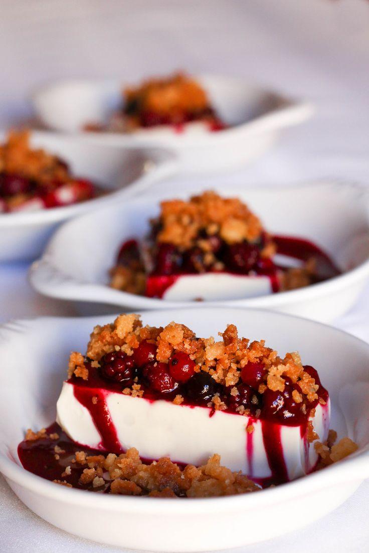 Aujourd'hui je vous propose un dessert élaboré par mes soins. J'ai fusionné mes deux desserts préférés ensemble, afin d'avoir un résultat fin et raffiné. Il y a le fondant avec la panna cotta, l'acidité avec les fruits rouges et le croquant avec le crumble...