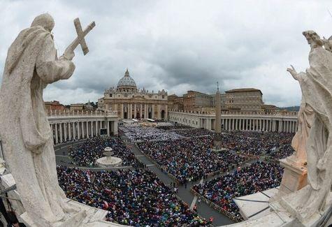 Vue générale de la place Saint-Pierre lors de la messe de canonisation des papes Jean XXIII et Je...