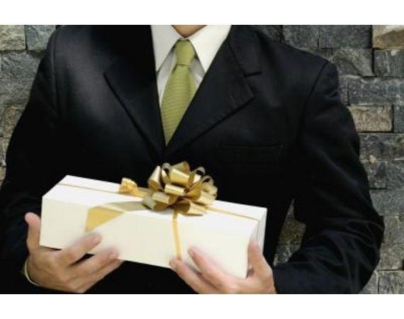 Cadouri pentru sef Ti s-a intamplat sa te afli in situatia in care ziua de nastere sau de nume sefului tau s-a apropiat si nu ai stiu ce cadouri sa-i cumperi? Stim cat de dificil poate fi sa ii cauti cadouri pentru sef, mai ales daca vrei ca acesta sa fie perfect ( cadoul, vreau sa spun).