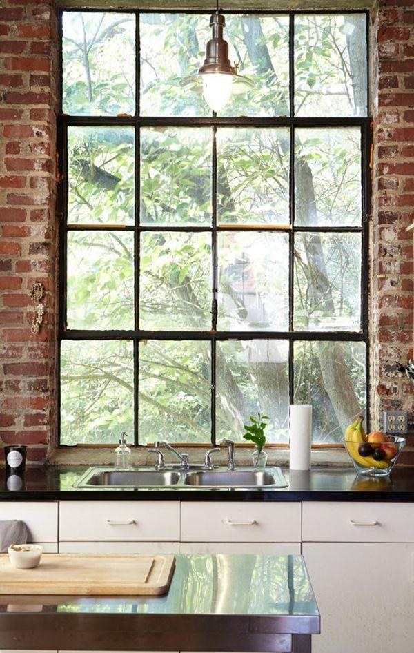 Nos gusta mucho el contraste de la crudeza de la pared y la ventana, de estilo claramente Raw, con la pulcritud tanto de lineas, materiales como de colores de la encimera y los muebles. Combinar estilos es genial y se obtienen resultados que nos sorprenden por inesperados.