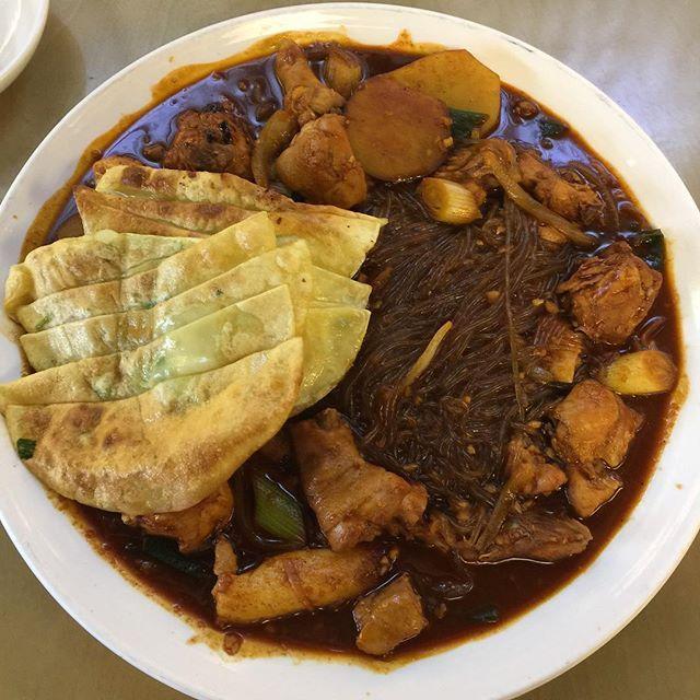 WEBSTA @ byunggunk - 2人の男のチムタクがこのお店の名前はは結構有名だと友達に聞いて行った🤔テグの名物平たい餃子?も追加して食べた!すごい美味しかった👍🏻👍🏻👍🏻두남자찜닭납짝만두추가! 진짜존맛 ㅜㅜ..#お昼ごはん #昼ごはん #ランチ #テグ #大邱 #チムタク #韓国料理 #旅行 #韓国旅行 #食べ物 #おいしい #美味しい #美味しかった #うまい #먹방 #먹스타그램 #맛스타그램 #인스타푸드 #대구 #두남자찜닭 #찜닭 #food #delicious