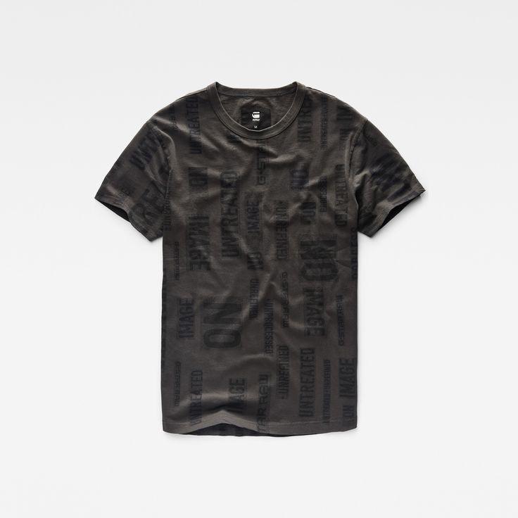 パンクの世界とミリタリーの世界が融合して生まれた自己主張のある柄Tシャツ。ソフトなリブ編みの首元と、良く考えられたフィットが特徴のこのシャツは、オリジナル味にあふれているだけでなく快適な着心地も実現しています。どんなシーンでもデニムと合せて楽しめます。