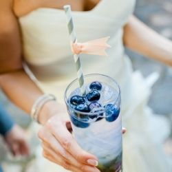 A cool palette of navy, blush and mint is perfect for an early autumn lakeside wedding, (Pic via Style Me Pretty)