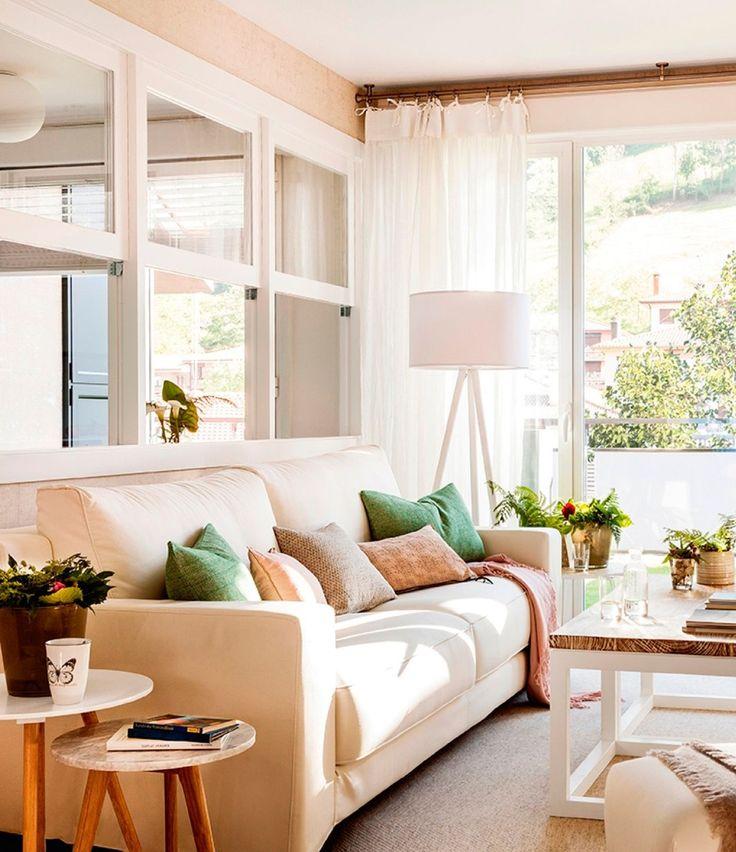 Salón-en-tonos-claros-con-sofá,-cojines,-lámpara-trípode,-mesitas-de-apoyo-y-mesa-de-centro 411865