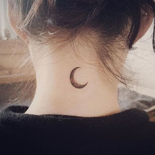 O sombreamento é usado para criar a imagem de um negro lua crescente neste tatuagem prestados nas costas do usuário do pescoço. A desigual distribuição da tinta na peça, cria a textura e complexidade que separa este pedaço de seus colegas.