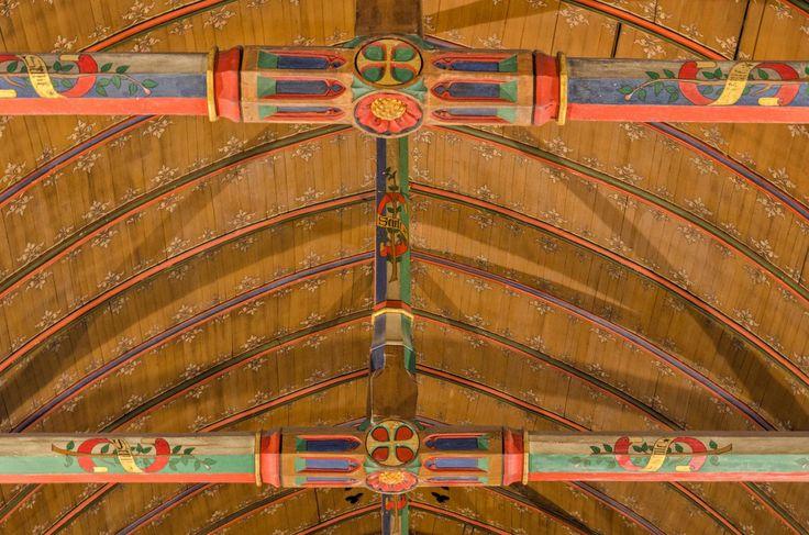 Le plafond de la salle des pôvres des hospices de Beaune, en carène de bateau renversée, avec poutres à gueule de dragons ! #lacotedorjadore, #labourgognejadore, #artdevivre,  #beaune , #hospicesdebeaune, #beautifulfrance,