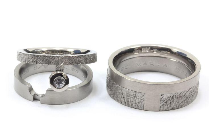 Vigselringar, en kombination av grov och slät yta. Ringarna är tillverkade av titan och vitt guld.  Wedding rings with a combination of rough and smooth surface. The rings are made of titanium and white gold.