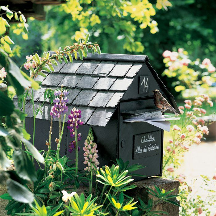 Une boite aux lettres en morceaux d'ardoise