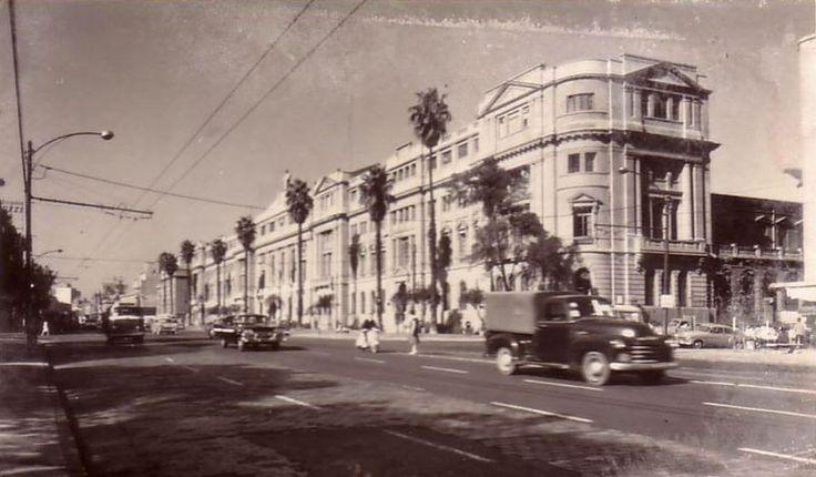 Vista de Alameda y edificio de la Universidad Católica de Chile a fines de los años '50s.