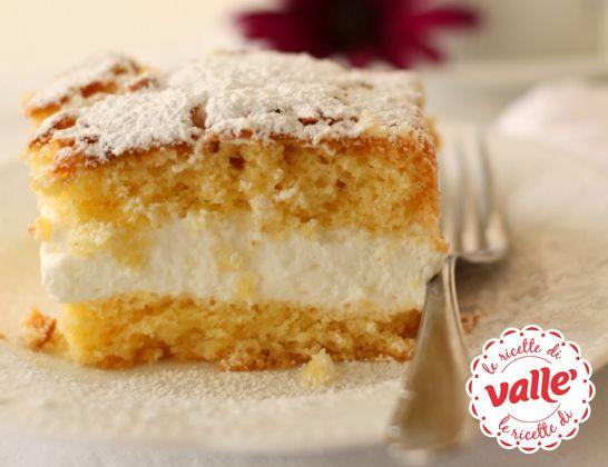 Torta Paradiso farcita Questo dolce non poteva chiamarsi che 'Torta Paradiso'. Infatti si ha proprio la sensazione di essere li, quando si assaggia. E' una delizia per il palato, grazie alla sua sofficità e alla delicatezza degli ingredienti. Impasto morbidissimo, con farcitura di panna e miele, e nuvola di zucchero a velo, vi regalerà un momento…divino #dessert