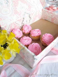Tutorial: make your own cupcake box, complete with liner to keep cupcakes from shifting/falling.  ♥♥♥