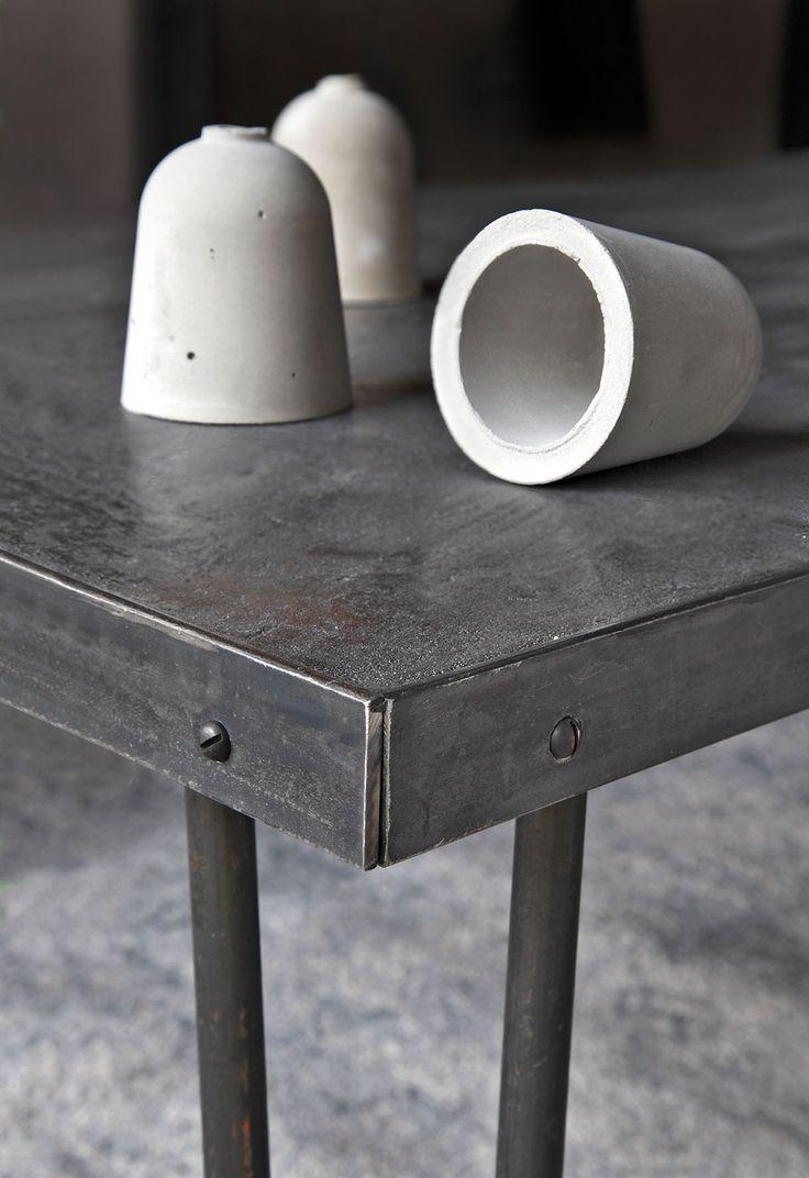 Une table en béton ciré