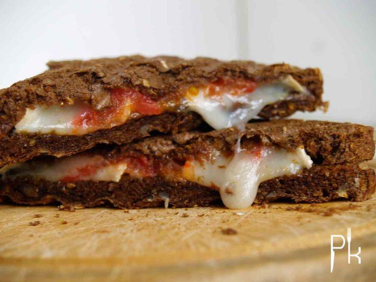 Bij Brownies&downieS at ik deze heerlijke tosti geitenkaas met zongedroogde tomaten en pesto. Een simpele maar o zo lekkere combinatie. Maken dus gewoon!!