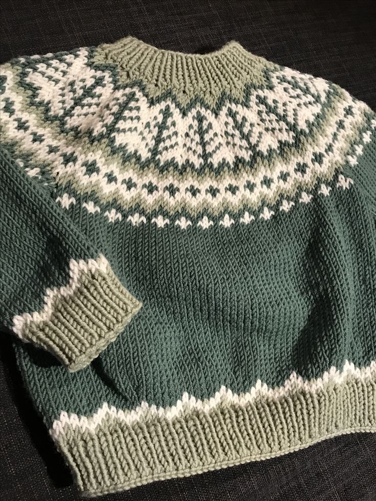 Emblagenser efter opskrift af Tina Hauglund (med nogen få ændringer) strikket i Drops Merino Extra Fine farve 1, 26 og 31