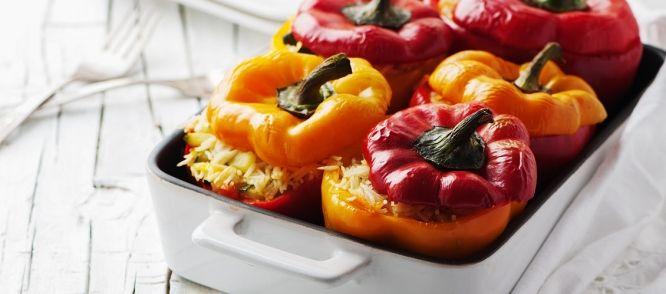 Dit recept heb ik van mijn moeder. Ik ben zelf niet vegetarisch, maar als ik bij mijn moeder eet, vraag ik altijd of zij haar beroemde gevulde paprika`s wil...