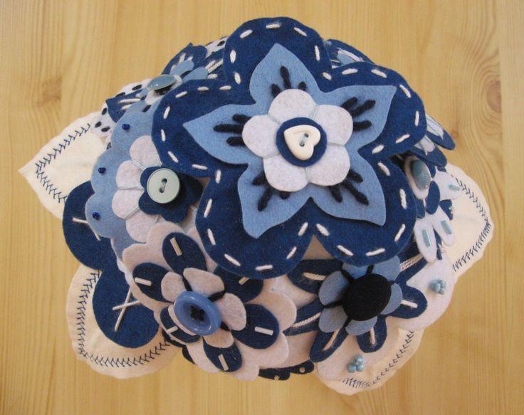 Kék - fehér filc virágcsokor.