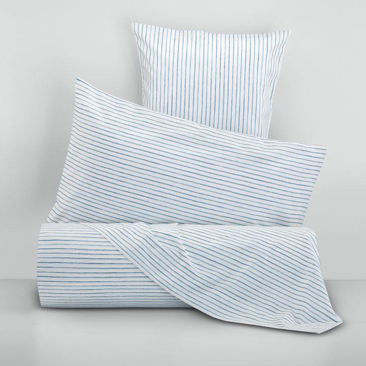 Parure letto in puro cotone percalle con stampa a righe all-over. Composta da lenzuolo liscio 240x280cm e due federe 50x80cm.