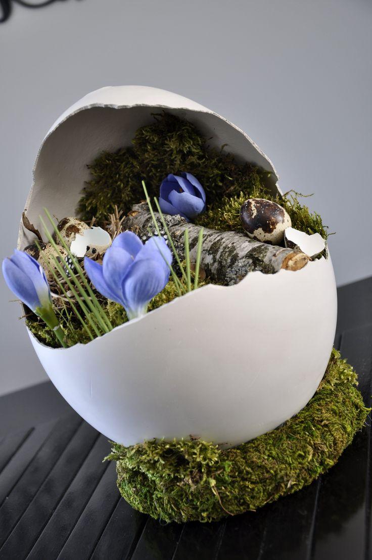 Wielkanocne, gipsowe jajo na wianku z mchu