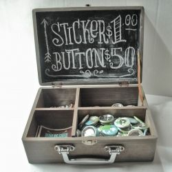 sign in lid of suitcase////great idea! Could do with instrument cases too!