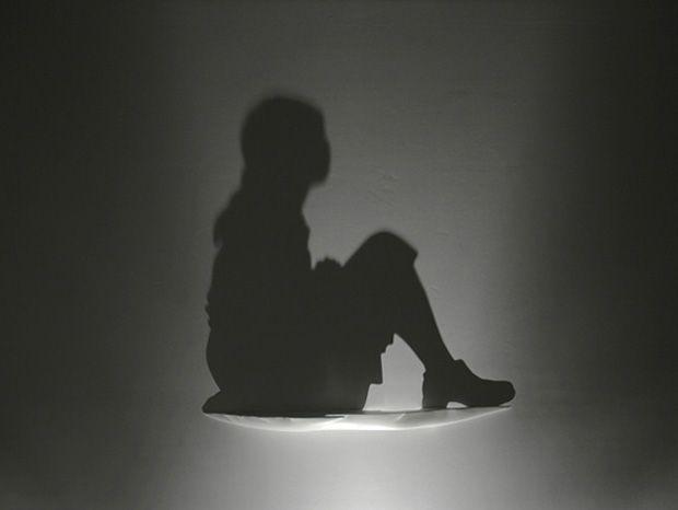 Une artiste utilise la lumière pour sculpter l'ombre et réaliser des créations fascinantes !