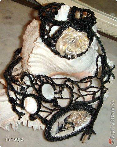 Кулон и серьги, камея ручной работы из фрагментов ракушек.Оплетено бисером ,подкладка кожа.Серьги сделаны из перламутровой плоской бусины и сверху приклеена розочка из моих любимых ракушек. фото 7