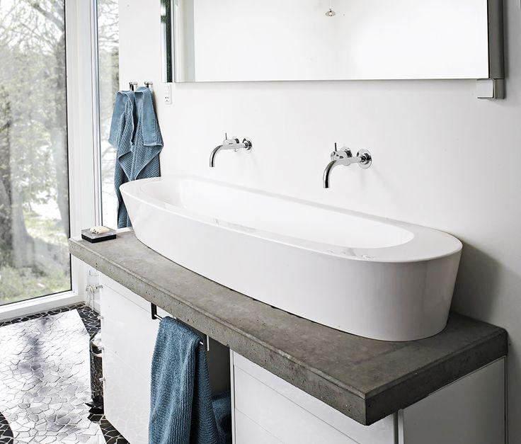 London vasken er en eksklusiv kontrast, til dette moderne og rå bademiljø.