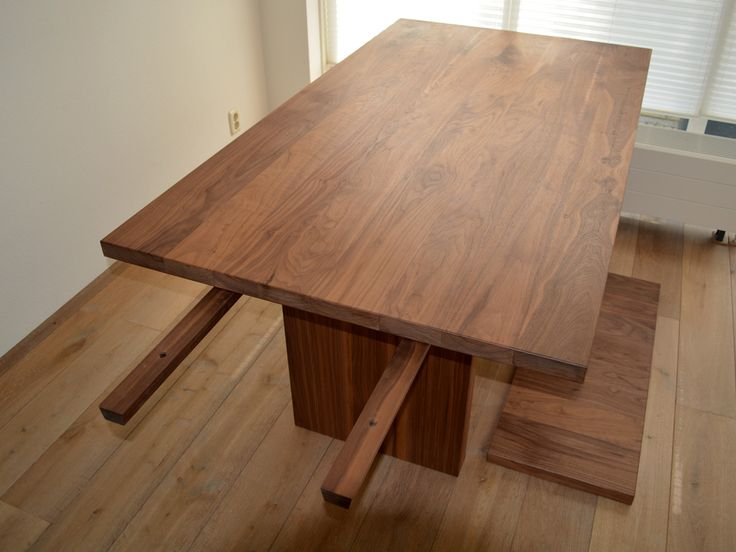 Extendable Walnut diningtable