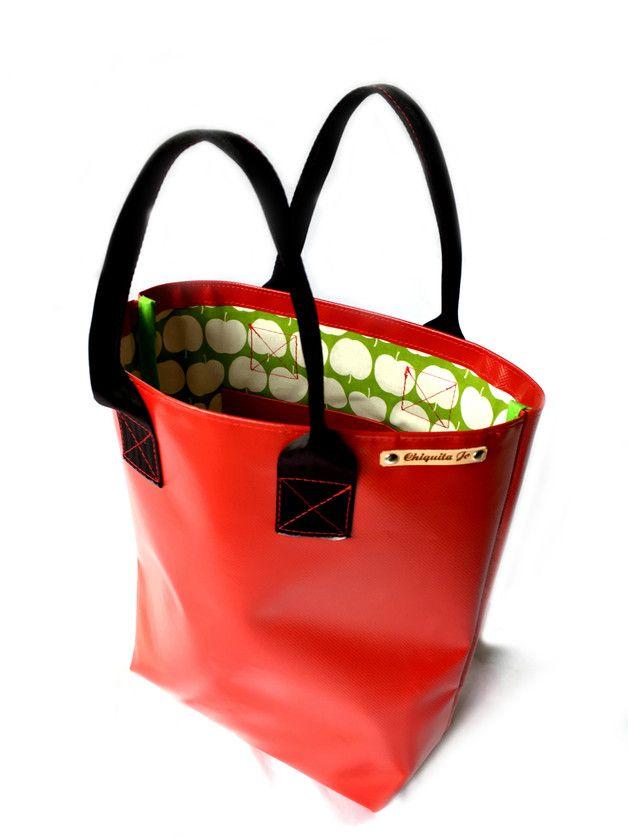 *Shopper ·☆· aus LKW-Plane  Diese große Tasche aus LKW-Plane ist witterungsbeständig, wasserdicht und schmutzabweisend.  Das Innenfutter ist aus Baumwolle mit einer Innentasche für...