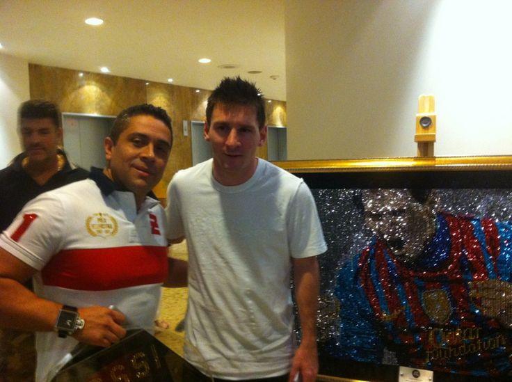 Messi y Mauricio Benitez compartieron un momento de amistad. El mejor futbolista del mundo se llevó para casa un cuadro de www.mrbling.biz hecho en cristales de Swarovski.