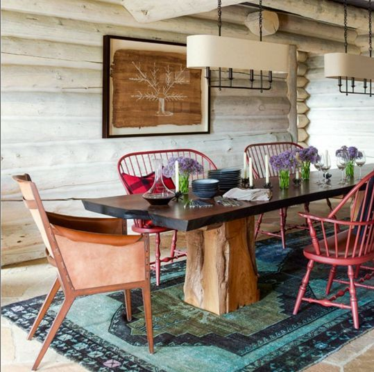 Personalidade na sala de jantar com cadeiras misturadas