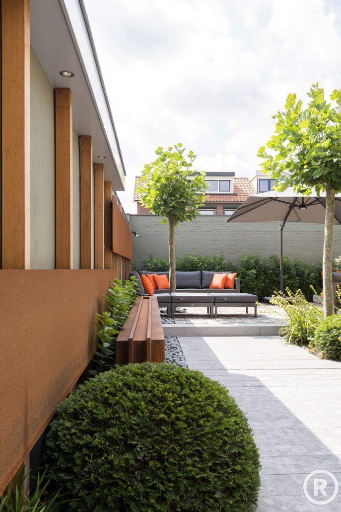 Tuininspiratie De Rooy Hoveniers kleine strakke tuin loungeset cortenstaal taxusbol Made