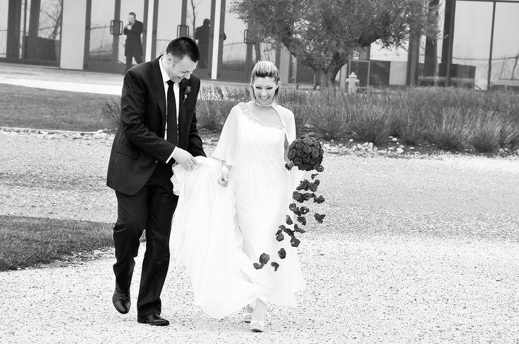 Boutique della Fotografia Fotografo di Matrimoni a Milano -sposi che passeggiano e sorridono felici