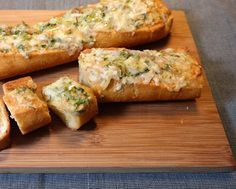 Knoflook, kaas en brood. Een goddelijke combinatie, als je het mij vraagt. En dan vooral lekker warm als het net uit de oven komt. Dit Parmezaan knoflookbrood is lekker bij een soep, als snack of als onderdeel van een buffet. Ik heb een baguette gebruikt, maar je kunt ook gewoon dikker stokbrood of 4 pistolets...lees meer »