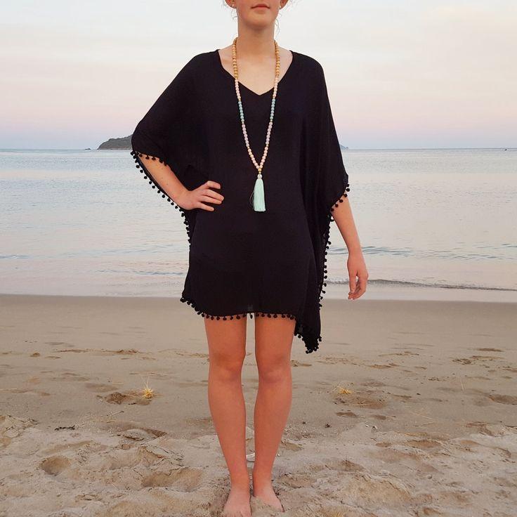 Stijlvolle zwarte strand cover-up kaftan met zwarte pom pom trim. Gedragen als een jurk of een cover up voor duik pak... Gemaakt met 100% Rayon stof.   ****************************** Size ************************************ Deze Kaftan is één grootte, losse passen.  Het is 35 inch van achterkant nek zoom lijn en 42 inch over (breed). Het model in de foto is een USA maat 8 / Aust size 12 / Med  Ideaal past de grootte van een Verenigde STATEN 6, 8 of 10 - medium - Australische maat 1...