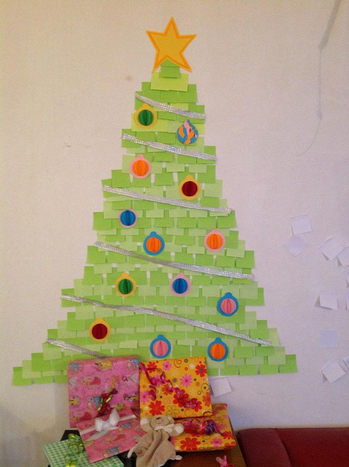 Kerstboom op de muur, gemaakt van post-its.