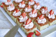 Härliga rabarberrutor med jordgubbsfrosting! Jordgubbar och rabarber passar så bra ihop!