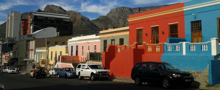 Een echte must-see in Kaapstad, Zuid-Afrika: de kleurrijke huizen van de wijk Bo-Kaap. Bekijk alle bezienswaardigheden in Kaapstad | Mooistestedentrips.nl