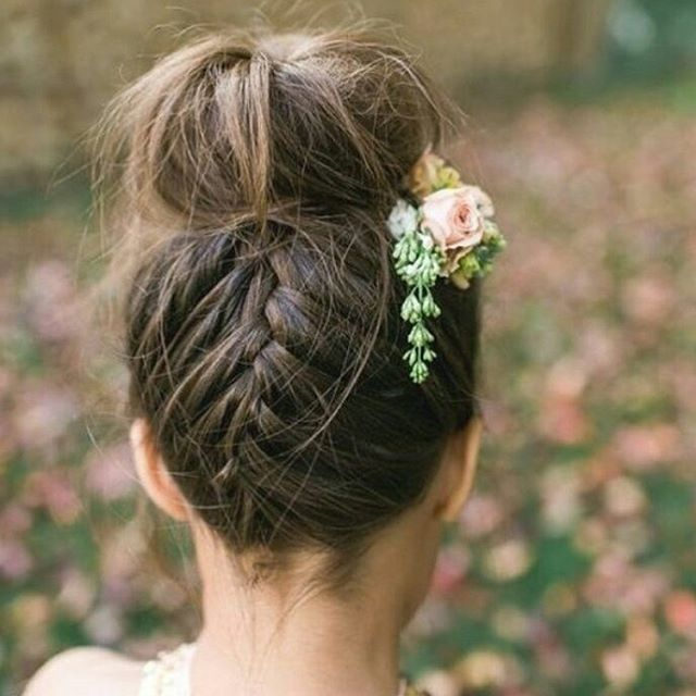 Braid love❤ I disse dager planlegges hår og make-up til vårens bruder, og fletter er hot også i år Digger denne klassisk moderne #updo med flette i nakken OG blomster #inspo #brud #brudestyling #bride #bridetobe #hairstyle #bryllupsplanlegger