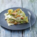 Una variante delle classiche lasagne, con besciamella al basilico, gamberi e zucchine: scopri la ricetta su Sale